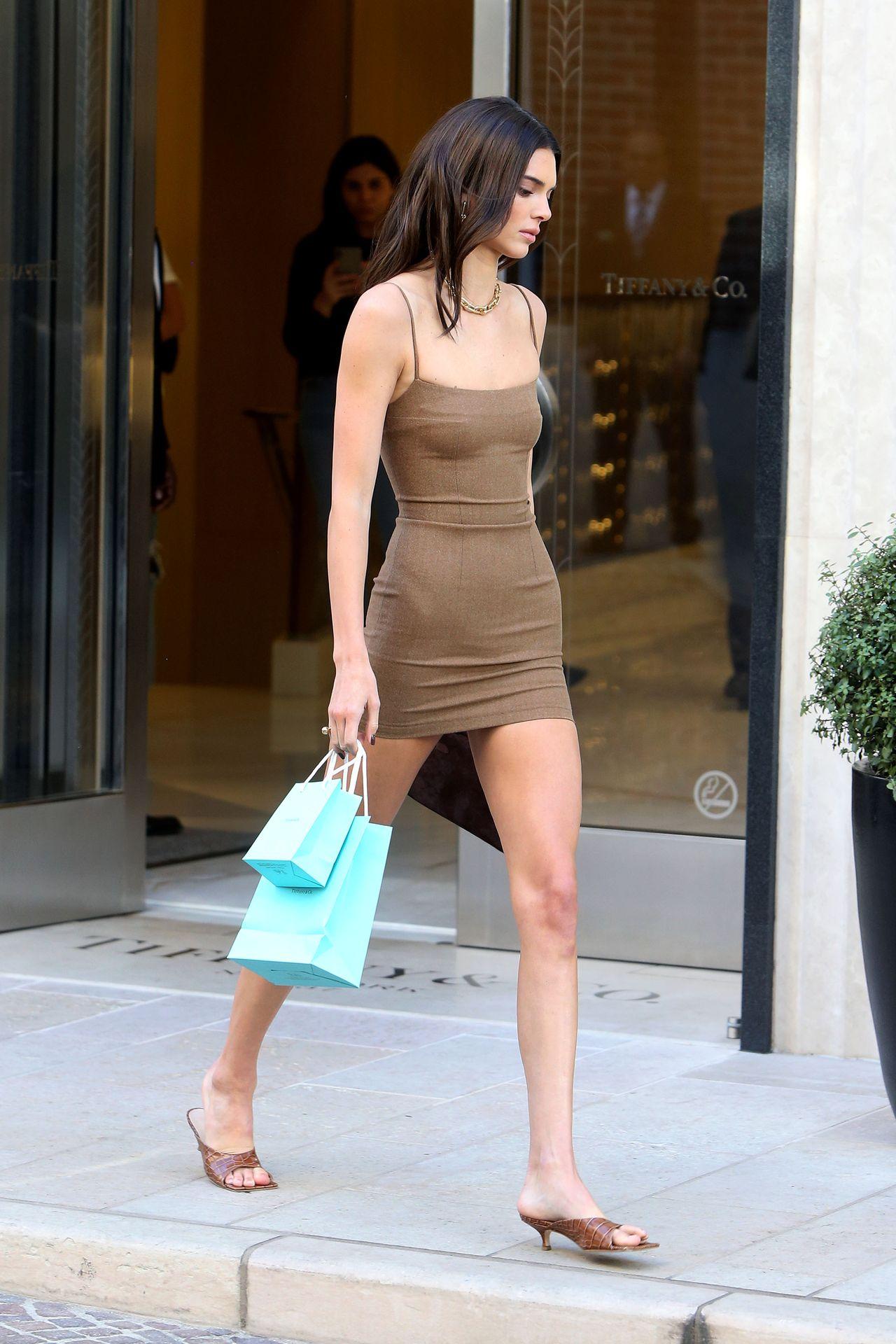 Güzel ve başarılı model Kendall Jenner seksi düzgün fiziğiyle sokaklarda mini elbisesiyle nefes kesti. Erotik transparan giyimiyle cesur pozları başına dert oldu. Çırılçıplak at üstünde poz verdi. HD fotolar için tıklayın.