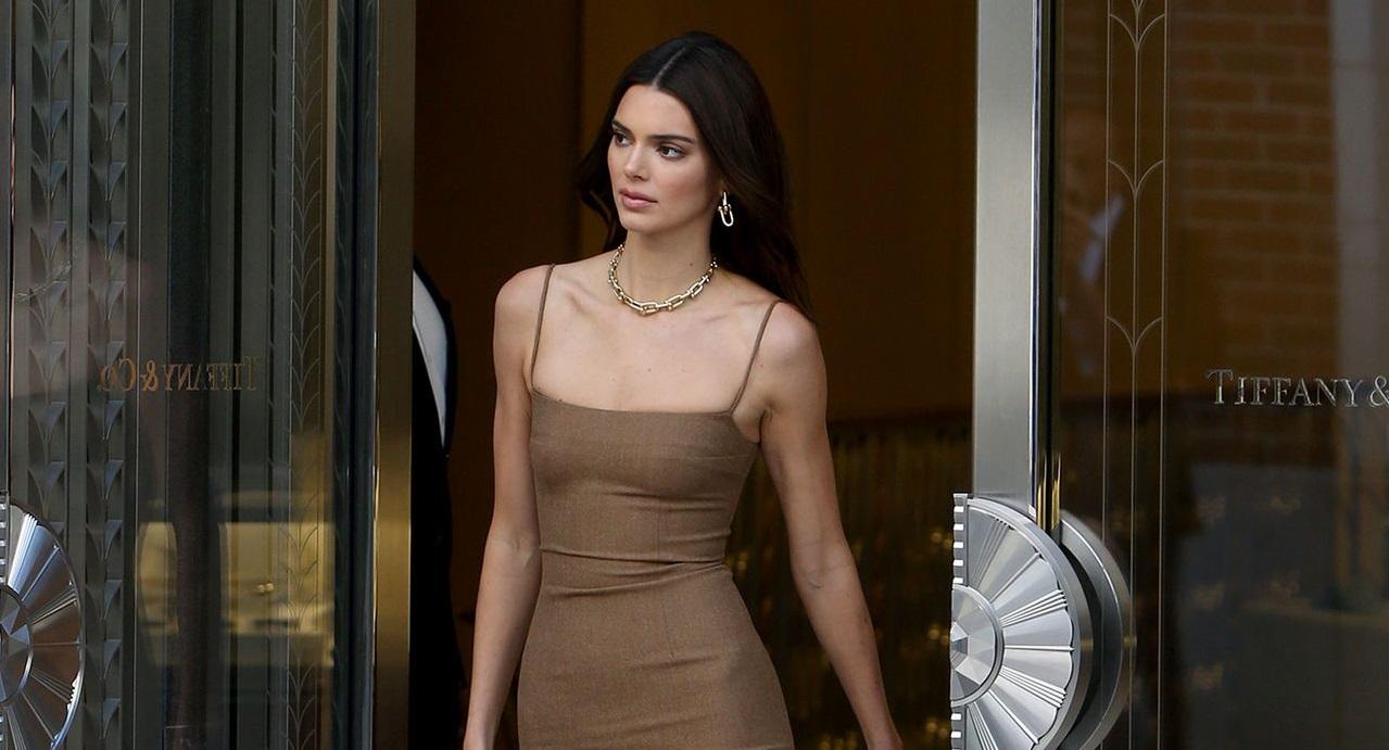 Dünyaca ünlü model Kendall Jenner seksi sütyensiz giydiği mini elbisesiyle yine erotik pozlara imza attı. At üstünde çırılçıplak pozlar veren Kendall Jenner'in uslanmaya niyeti yok. HD fotolar için buraya tıklayın.