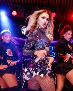 Hadise konserinde giydiği ayna detaylı mini elbisesiyle çok şık görünüyor.