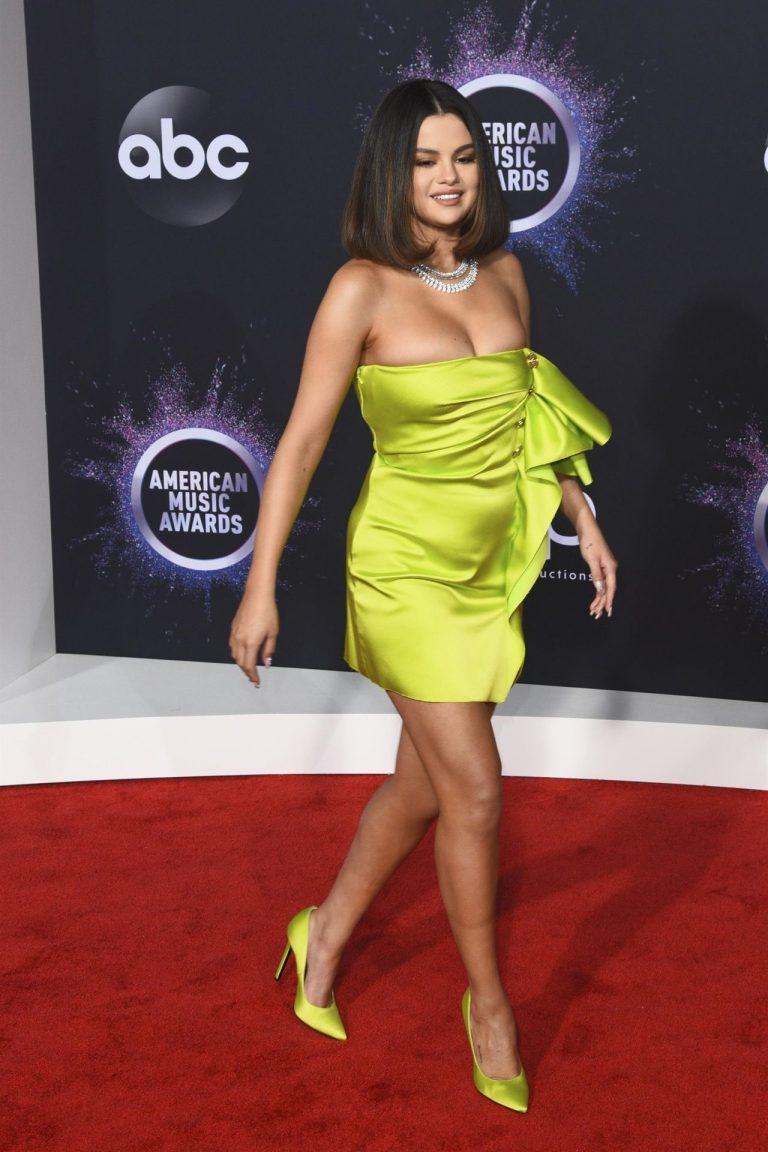 Selena Gomez memelerini ön plana çıkarmak için giydiği seksi elbisesi yüzünden hayranlarından tepki aldı. Dünyanın en sexy giyinen kadın oyuncularının HD fotoları bu sitede.