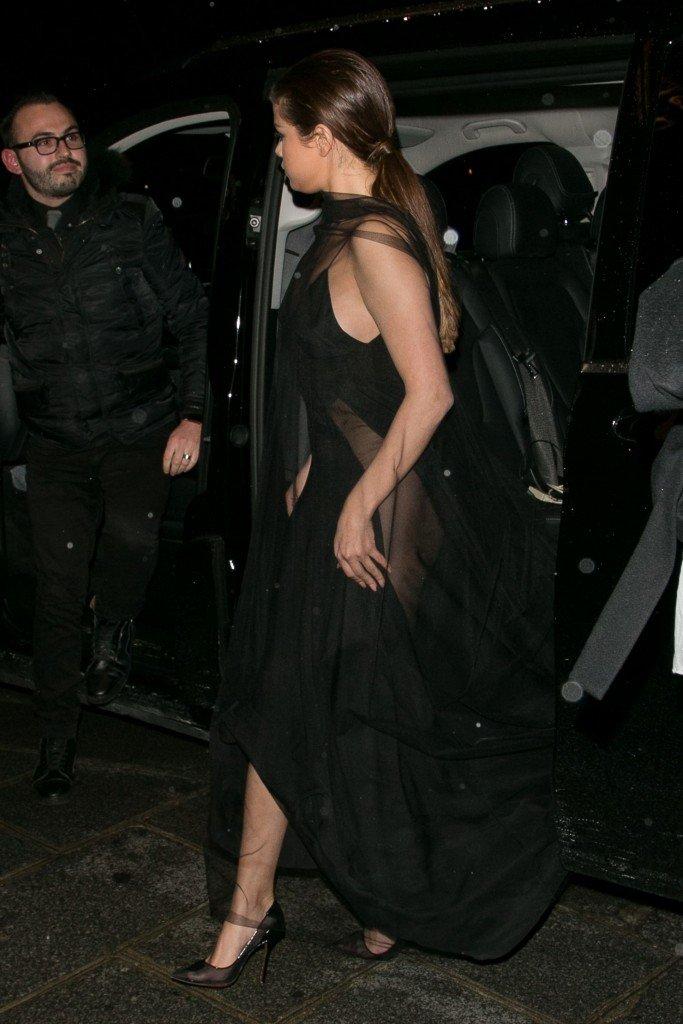1992 doğumlu dünyaca ünlü şarkıcı ve oyuncu Selena Gomez cesur kıyafetleriyle magazin gündemini sarsmaya devam ediyor.