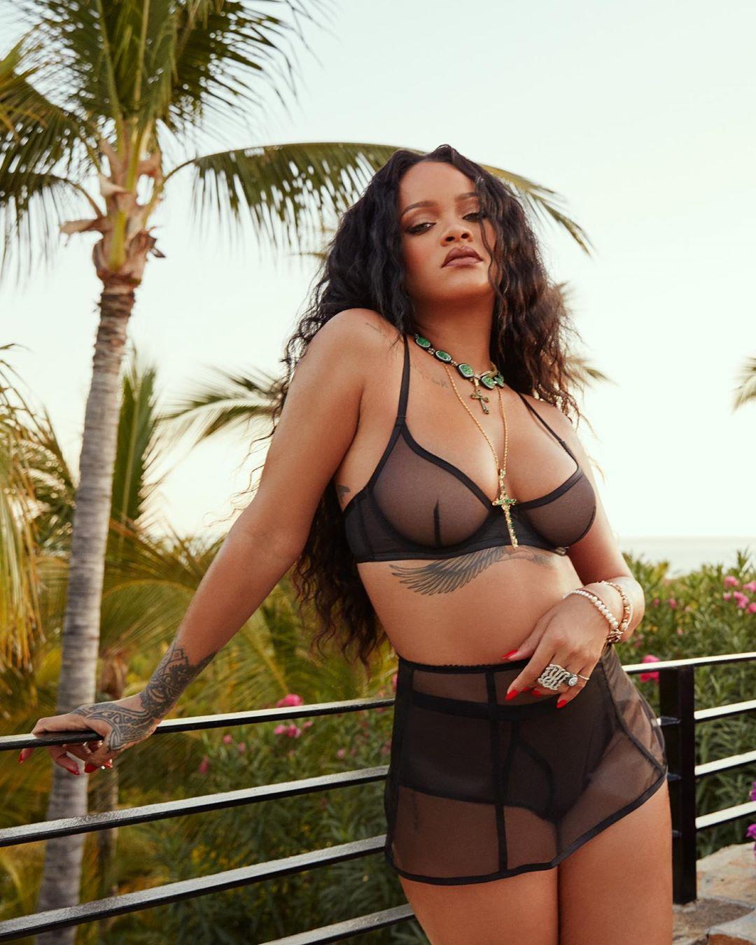 Erotik pozlarıyla tanınan dünyaca ünlü şarkıcı Rihanna siyah transparan sexy iç çamaşırlarıyla kamera karşısına geçip cesur pozlar verdi. En seksi ünlü kadınların HD resimleri.