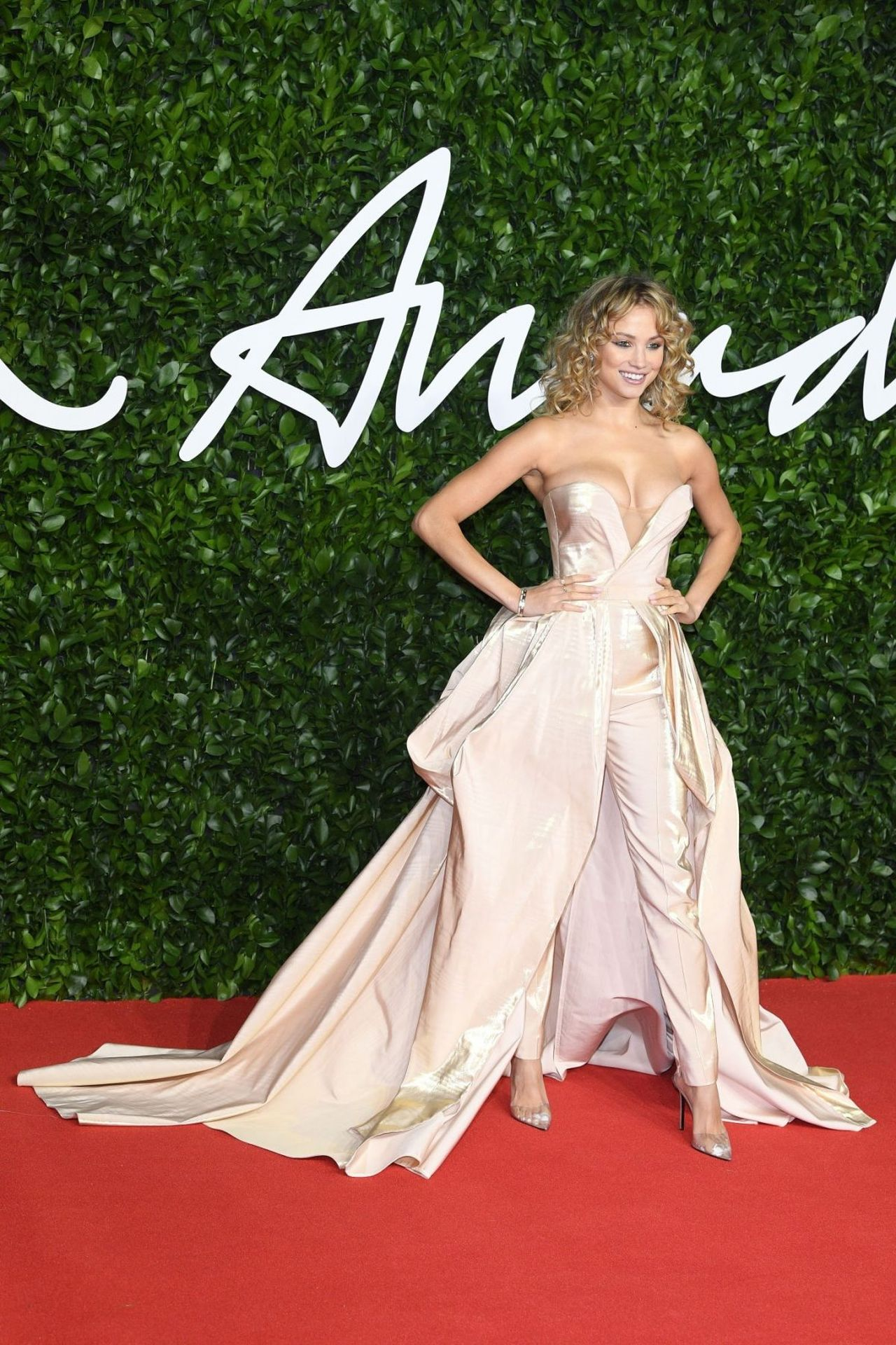 1994 doğumlu güzel model Rose Bertram moda ödülleri gecesinde giydiği derin göğüs dekolteli sexy elbisesiyle tüm dikkatleri üzerine çekmeyi başardı.